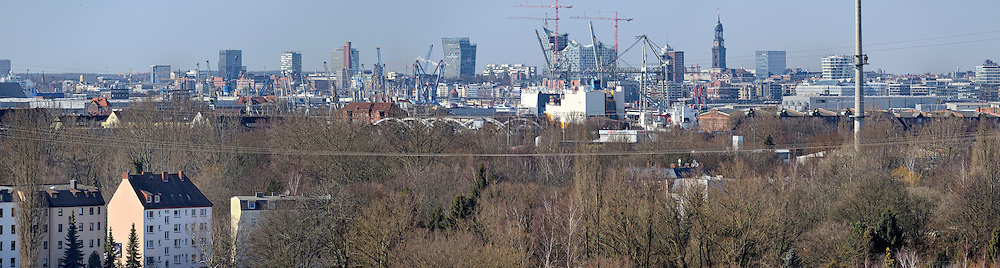 Panorama Hamburger Hafen mit Elbphilharmonie und Michel vom Energieberg in Wilhelmsburg aus gesehen