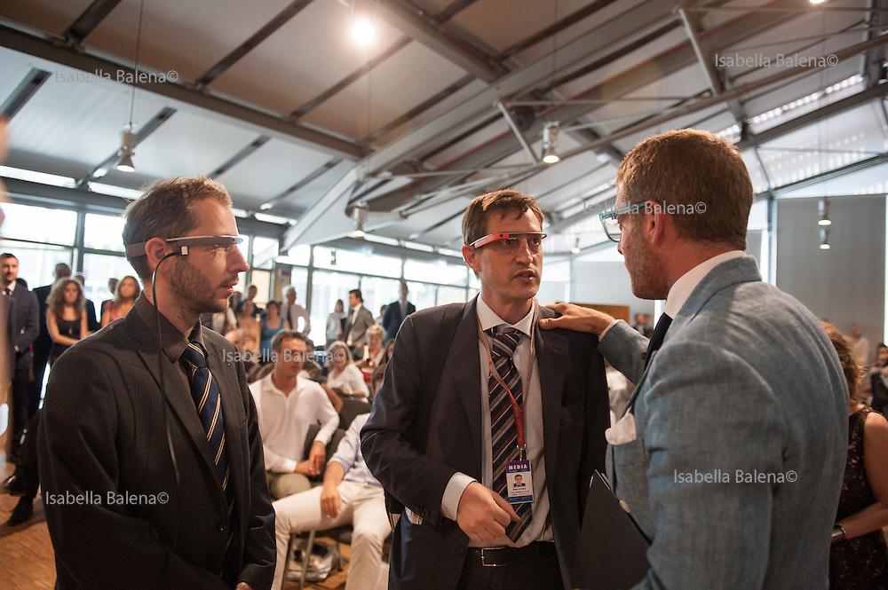 Lapo Elkann, presid. Italia Independent Group con due rappresentanti della Google glasses