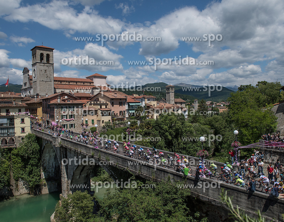 20.05.2016, Palmanova nach Cividale Friuli, ITA, Giro d Italia 2016, 13. Etappe, im Bild das Hauptfeld am Weg nach Cividale auf der Ponte del Diavolo // during 13rd Stage, from Palmanova to Cividale del Friuli of the Giro d Italia at. in Palmanova nach Cividale Friuli, Italy on 2016/05/20. EXPA Pictures © 2016, PhotoCredit: EXPA/ Reinhard Eisenbauer