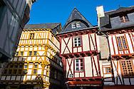 Place Henri IV, La vielle ville de Vannes avec ses maisons à Colombages, Bretagne, France.
