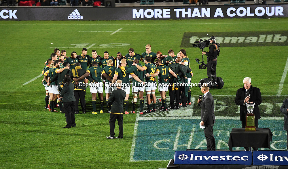 South Africa players huddle together at the end of the match.<br /> New Zealand All Blacks v South Africa. Test match rugby union. The Rugby Championship. Christchurch, New Zealand. Saturday 17 September 2016. &copy; Copyright Photo: Andrew Cornaga / www.Photosport.nz
