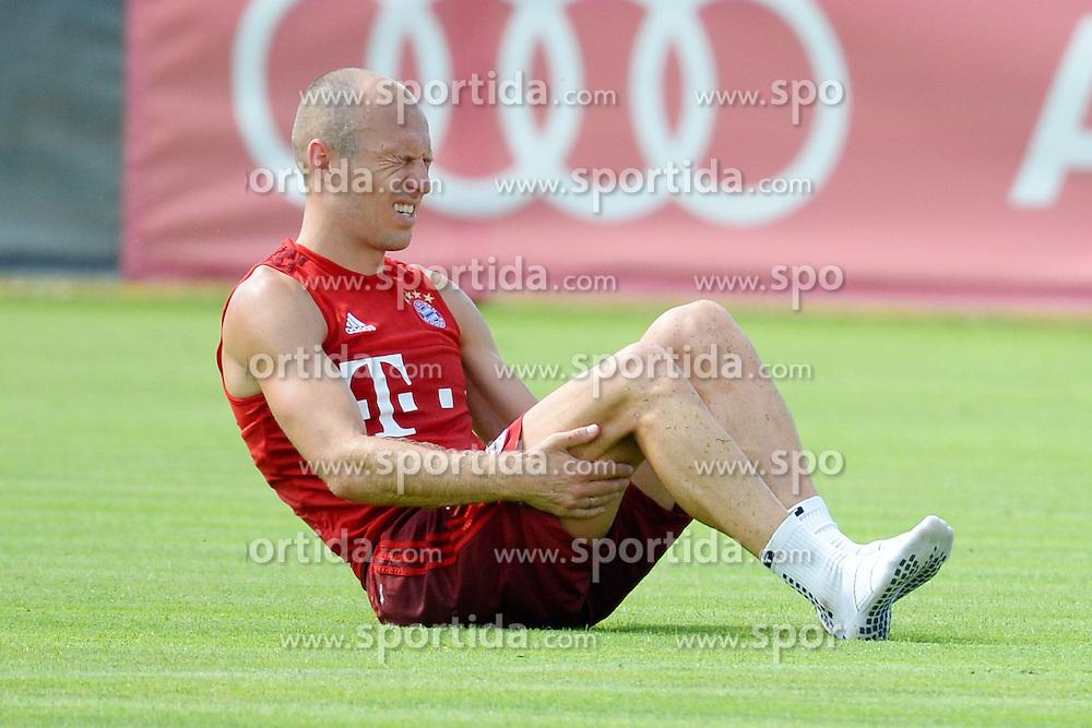 06.07.2015, Saebener Strasse, Muenchen, GER, 1. FBL, FC Bayern Muenchen, Training, im Bild vl. Arjen Robben ( FC Bayern Muenchen ) mit schmerzverzerrtem Gesicht am Boden. // during a Trainingssession of German Bundesliga Club FC Bayern Munich at the Saebener Strasse in Muenchen, Germany on 2015/07/06. EXPA Pictures &copy; 2015, PhotoCredit: EXPA/ Eibner-Pressefoto/ Vallejos<br /> <br /> *****ATTENTION - OUT of GER*****