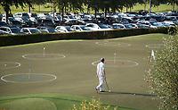 SCHIPLUIDEN - 2017 - kunstgras puttinggreen die weg gaat.  spelers geven de voorkeur aan echt gras.   Golfbaan DELFLAND . COPYRIGHT KOEN SUYK