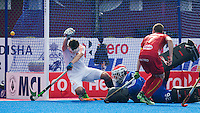 BHUBANESWAR (India) - In de laatste minuut komt Belgie op 2-2  tijdens de strijd om plaats 5 tm 8  in de Champions Trophy Hockey tussen de mannen van Nederland en Belgie (2-2). Nederland wint na shoot-outs . Sandert Baart en keeper Pirmin Blaak hebben het nakijken.   ANP KOEN SUYK