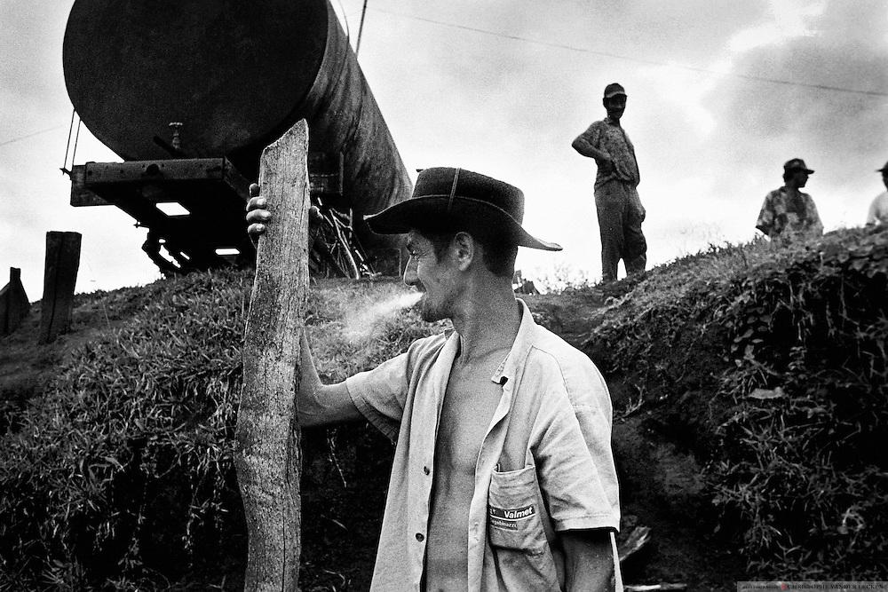 Rio Bonhito, Brazil, Feb 03, 1996, Construction of a water suplly at Sem Terra campement fazenda Giacometti.