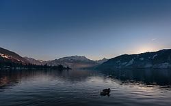 THEMENBILD - zwei Enten auf dem Zeller See bei Sonnenuntergang, aufgenommen am 27. Jänner 2018, Zell am See, Österreich // two ducks on the Zeller lake at sunset on 2018/01/27, Zell am See, Austria. EXPA Pictures © 2018, PhotoCredit: EXPA/ Stefanie Oberhauser