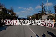 Roma, 6 Gennaio  2013.Manifestazione contro l'ipotesi della discarica a Monti dell'Ortaccio, dei cittadini di Valle Galeria, zona  dove è situata la  mega-discarica di Malagrotta. Davanti l'ingresso della discarica di Malagrotta.Rome, January 6, 2013.Demonstration against the hypothesis of the landfill to Monti dell'Ortaccio,of the  citizens of Valle Galeria area, an area that is already located the mega-landfill Malagrotta. In front of the entrance to the landfill Malagrotta
