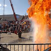 Huizerdag 2003 Huizen, open dag brandweer, water op kokend vet, olie, vlam in de pan