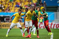 Paulinho e Jô na partida entre Brasil x Camarões, válida pela fase de grupos da Copa do Mundo 2014, no Estádio Mané Garrincha, em Brasíia. FOTO: Jefferson Bernardes/ Agência Preview