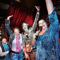 Nederland, Amsterdam , 3 april 2011..220 organisaties hebben zich aangemeld om dit jaar mee te varen met de Amsterdam Gay Pride. Organisator ProGay ontving zo'n 50 inschrijvingen meer dan vorig jaar. Omdat aan de beroemde botenparade maximaal 80 boten kunnen deelnemen, wordt er zondag 3 april geloot in café The Queen's Head. De botenparade vindt dit jaar plaats op zaterdag 6 augustus..Op de foto tot de uitverkorenen tijdens de loting was ook een transgenderboot de gelukkige..Rechts de presentatrice tijdens de loting Irene Hekelaar van pro gay..Foto:Jean-Pierre Jans