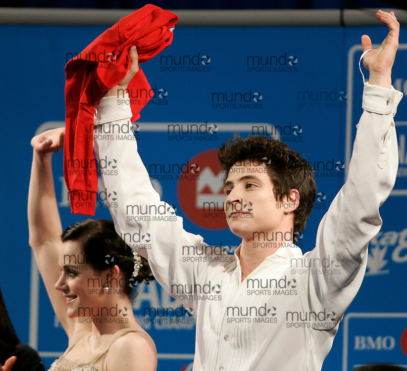 London, Ontario ---10-01-16---  Scott Moir and his partner Tessa Virtue wave to the croud after winning the dance competition at the 2010 BMO Canadian Figure Skating Championships in London, Ontario, January 16, 2010. Virtue and Moir won the event, securing a spot on the Olympic team headed to Vancouver in February..GEOFF ROBINS/Mundo Sport Images..