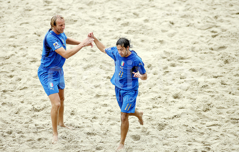 Football    FIFA Beach Soccer World Cup 2007 in Rio de Janeiro    05.11.07 Match 13    Italy vs. Japan Paolo PALMACCI (right) celebrates together with Michele LEGHISSA (left, both ITA) after scoring.