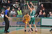 DESCRIZIONE : Treviso Lega A 2011-12 Eurocup Last 16 Benetton Treviso Alba Berlin<br /> GIOCATORE : helko schaffartzik<br /> CATEGORIA :  passaggio controcampo<br /> SQUADRA : Benetton Treviso Alba Berlin<br /> EVENTO : Campionato Lega A 2011-2012 <br /> GARA : Benetton Treviso Alba Berlin<br /> DATA : 17/01/2012<br /> SPORT : Pallacanestro <br /> AUTORE : Agenzia Ciamillo-Castoria/M.Gregolin<br /> Galleria : Lega Basket A 2010-2011 <br /> Fotonotizia : Treviso Lega A 2011-12 Eurocup Last 16 Benetton Treviso Alba Berlin<br /> Predefinita :