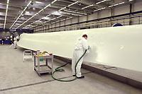 20 AUG 2002, LAUCHHAMMER/GERMANY:<br /> Rotorblatt-Fertigungsstaette der Firma Vestas, Hersteller von Windkraftanlagen<br /> IMAGE: 20020820-01-025<br /> KEYWORDS: Windkraft, Energie, <br /> Fluegel, Flügel