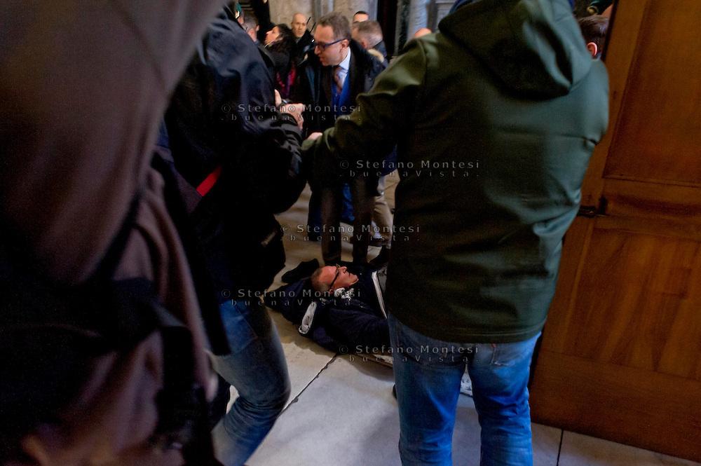 Roma 27 Febbraio 2015<br /> Attivisti dei  movimenti per il diritto all'abitare hanno occupato la chiesa di Santa Maria del Popolo a Piazza del Popolo, per protestare contro  la manifestazione di Matteo Salvini segretario della Lega Nord. Le forze dell'ordine hanno sgomberato la chiesa, fermando due manifestanti. Un manifestante viene trascinato dale forze dell'ordine<br /> Rome February 27, 2015<br /> Movement activists for the right to housing have occupied the church of Santa Maria del Popolo, to Piazza del Popolo, to protest the event of Matteo Salvini secretary of the Northern League. The police have vacated the church, stopping two protesters.  A protester is dragged by the police