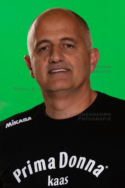 10-09-2018 NED: Team PDK Huizen season 2018-2019, Huizen<br /> The players of Top Division club vv Huizen women season 2018-2019 / Coach Ali Moghadassian of PDK Huizen