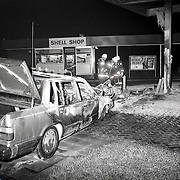 NLD/Hilversum/19890108 - Ongeval Vreelandseweg Hilversum, auto uitgebrand na botsing tegen Shell benzinepomp