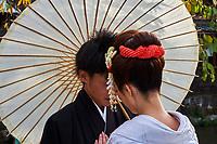 Japon, île de Honshu, région de Kansaï, Kyoto, Gion, ancien quartier des Geishas, jeune couple en kimono // Japan, Honshu island, Kansai region, Kyoto, Gion, Geisha former area, young couple in kimono