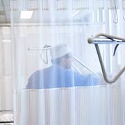 Nederland Rotterdam  25-08-2009 20090825 Foto: David Rozing .Serie over zorgsector, Ikazia Ziekenhuis Rotterdam. ..Foto: David Rozing Serie over zorgsector, Ikazia Ziekenhuis Rotterdam. Een verpleegkundige controleert een patient op de recoveryroom, dit is een zaal waar patienten na een operatie verzorgd worden. Patient is being checked by doctor, in recovery room, where people are looked after, after surgery. ziekenzaal, op zaal liggen Holland, The Netherlands, dutch, Pays Bas, Europe, professionele, professional, steriel, steriele omgeving, werkkleding, kledingvoorschriften, , genezen, genezing, ziekte bestrijding bestrijden, ernstig ziek zijn, , illustratief beeld; illustratieve; illustrative image,stock; stockbeeld; symbolisch beeld; symbolic..Foto: David Rozing..Holland, The Netherlands, dutch, Pays Bas, Europe, ronde doen, routine verpleegkundigen, op zaal liggen, ziekenhuiszaal, op zaal liggen,  behandelplan, treatment,.,ziektekosten,zorgverlener, zorgverleners,zorgverlening, achter gordijnen,verpleger, verplegers, verplegend, status