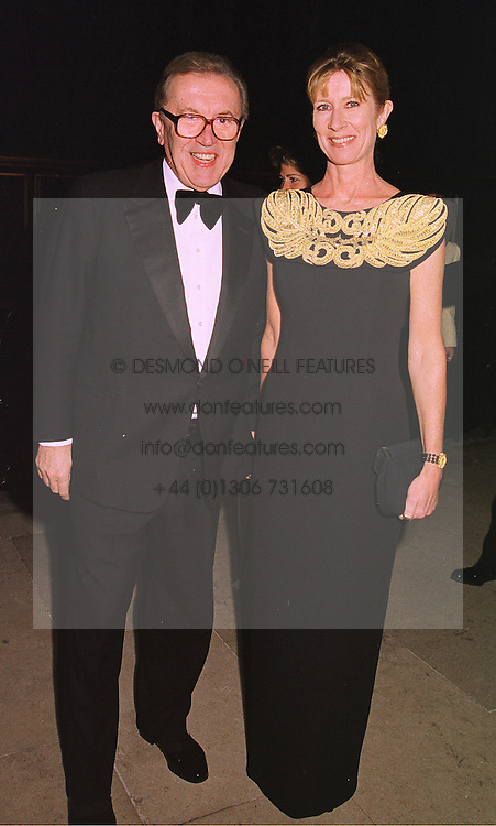 SIR DAVID & LADY CARINA FROST at a banquet in Surrey on 12th November 1998.MLX 37