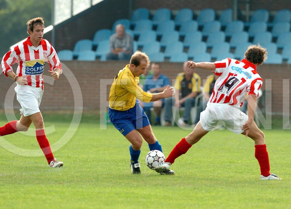 060923 dedemsvaart ned<br /> SCD'8 - IJVV<br /> Nexhat Berisa SCD) tracht Johan Wienen te omspelen<br /> Editie: Sport<br /> fotografie frank uijlenbroek&copy;2006frank uijlenbroek<br /> TT20060710