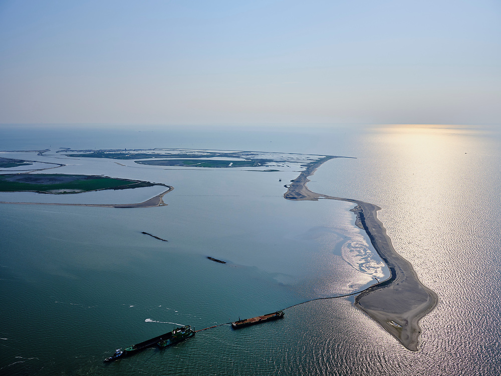 Nederland, Flevoland, Markermeer, 26-08-2019; Marker Wadden in het Markermeer. Werkzaamheden aan de Noordkust.<br /> Doel van het project van Natuurmonumenten en Rijkswaterstaat is natuurherstel, met name verbetering van de ecologie in het gebied, in het bijzonder de kwaliteit van bodem en water<br /> Naast het hoofdeiland is er inmiddels een tweede eiland in wording, de uiteindelijk Marker Wadden archipel zal uit vijf eilanden bestaan. <br /> Marker Wadden, artifial islands. The aim of the project is to restore the ecology in the area, in particular the quality of soil and water.<br /> The first phase of the construction, the main island, is finished. <br /> <br /> luchtfoto (toeslag op standard tarieven);<br /> aerial photo (additional fee required);<br /> copyright foto/photo Siebe Swart