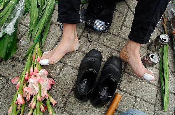 Nederland, Nijmegen, 22-7-2005..Vierdaagse, 4daagse. Een deelneemer na binnenkomst op de wedren. wandelaar. vierdaagsekruisje . Wandelen, wandelsport, recreatie, conditie, bewegen, beweging, lopen. Medaille, onderscheiding, prestatie wandelmars. gladiool, gladiolen, bloemen. sport, recreatiesport. Blaar, blaren...Foto: Flip Franssen/Hollandse Hoogte