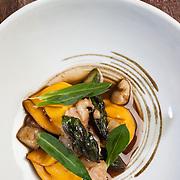 Kobarid - Hiša Franko - Food. UN PIATTO DI ANA ROSPasta ripiena di ricotta di pecora, scampi, asparago verde, silene, midollo di vitello.
