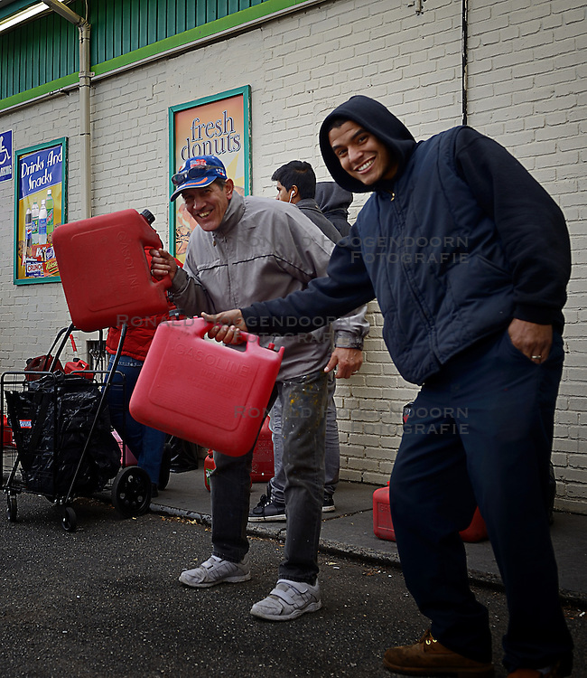 03-11-2012 ALGEMEEN: BVDGF NY MARATHON: NEW YORK<br /> Gedeelte parkoer op de fiets verkend / Brandstof op de bon, rijen mensen in de rij met een jerrycan<br /> &copy;2012-FotoHoogendoorn.nl