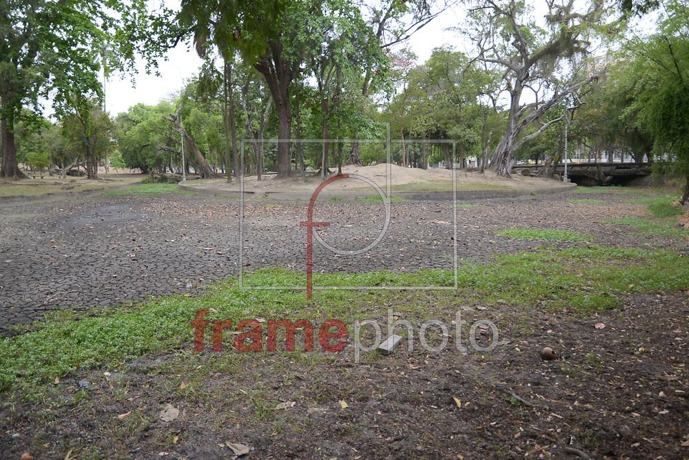 Lago na Quinta da Boa Vista, em São Cristóvão, está seco por causa da falta de chuva. Nem mesmo o mau tempo desta terça-feira (21) contribuiu para melhorar a condição da rede de lagos do parque público Foto: ERBS JR./Frame