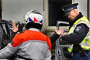 Nederland, Elst, 16-3-2007Een tijdens de verkeerscontrole aangehouden automobilist probeert zonder resultaat een bekeurig te ontlopen.Foto: Flip Franssen. Editie: Betuwe