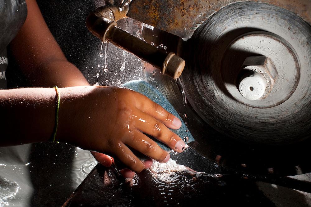 Venda Nova do Imigrante_ES, Brasil...Centro de artesanato em marmore. Na foto detalhe de uma mao fazendo artesanato...Crafts Center in marble. In the photo detail of a hand making crafts...Foto: LEO DRUMOND / NITRO