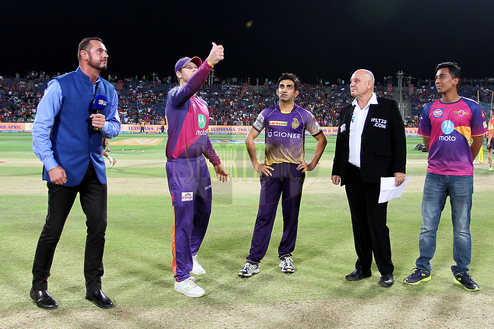 Rising Pune Supergiant captain Steven Smith and Kolkata Knight Riders captain Gautam Gambhir during the toss of the match 30 of the Vivo 2017 Indian Premier League between the Rising Pune Supergiants and the Kolkata Knight Riders  held at the MCA Pune International Cricket Stadium in Pune, India on the 26th April 2017<br /> <br /> Photo by Vipin Pawar- IPL - Sportzpics