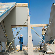 Nederland Barendrecht 27 januari 2009 20090127 Foto: David Rozing ..Bouwvakkers plaatsen prefab dakdelen / draagbalk op nieuwbouw woningen .Prefab roof top is being placed on house ..Foto David Rozing