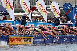 TRIATHLON: ITU World Championship, Frauen, Hamburg, 18.07.2010<br /> Schwimmen, Start, Illustration<br /> © pixathlon