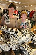 Kirsten Bergsdal, daglig leder Selbu Husflid, og strikker Ragnhild ¯degŒrd med en liten br¿kdel av de 1050 parene med herrevotter som kvinnene i Selbu har strikket til en konferanse ved NTNU. Strikkerne hadde to mŒneder pŒ jobben.