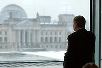 05 FEB 2003, BERLIN/GERMANY:<br /> Wolfgang Clement, SPD, Bundeswirtschaftsminister, telefoniert vor Beginn der Kabinettsitzung mit Blick auf den Reichstag, Bundeskanzleramt<br /> IMAGE: 20030205-01-010<br /> KEYWORDS: Kabinett, Sitzung