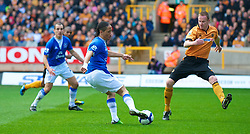 WOLVERHAMPTON, ENGLAND - Saturday, March 27, 2010: Everton's Steven Pienaar sets up team-mate Leon Osman against Wolverhampton Wanderers during the Premiership match at Molineux. (Photo by David Rawcliffe/Propaganda)