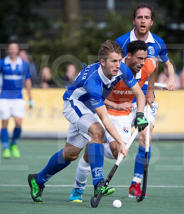 UTRECHT - Teun Kropholler (kampong) met Glenn Schuurman (Bldaal)    tijdens de hockey hoofdklasse competitiewedstrijd heren:  Kampong-Bloemendaal (3-3). COPYRIGHT KOEN SUYK