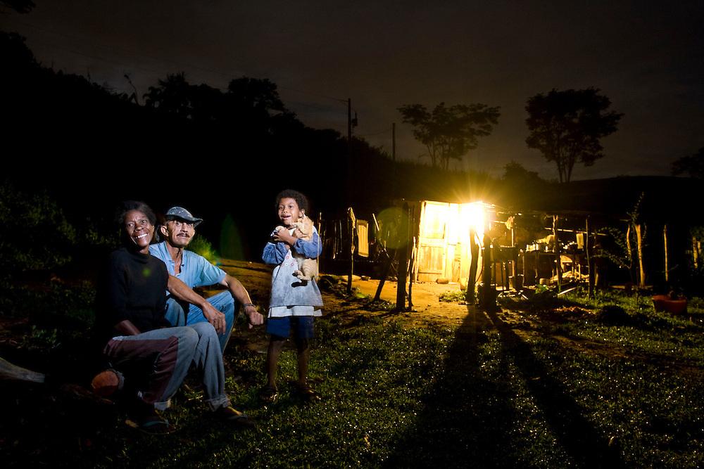 Juiz de Fora_MG, Brasil...Familia sentada proxima a uma casa beneficiada pela eletrificacao rual  na zona rural de Juiz de Fora...The family sitting next to a house as received rural electrification in the rural area in Juiz de Fora...Foto: LEO DRUMOND / NITRO.