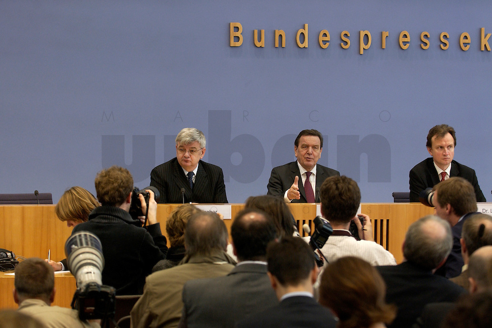 05 JAN 2005, BERLIN/GERMANY:<br /> Joschka Fischer (L), B90/Gruene, Bundesaussenminister, und Gerhard Schroeder (M), SPD, Bundeskanzler, waehrend einer Pressekonferenz zur Fluthilfe der Bundesregierung<br /> and Joschka Fischer (L), Federal Minister of Foreign Affairs, und Gerhard Schroeder (M), Federal Chancellor of Germany, press conferece about the donations for the tsunami-hit nations<br /> IMAGE: 20050105-01-025<br /> KEYWORDS: Gerhard Schröder, Flutkatastrophe, Sturmflut, Erdbeben, Treppe, Tsunami, Journalisten