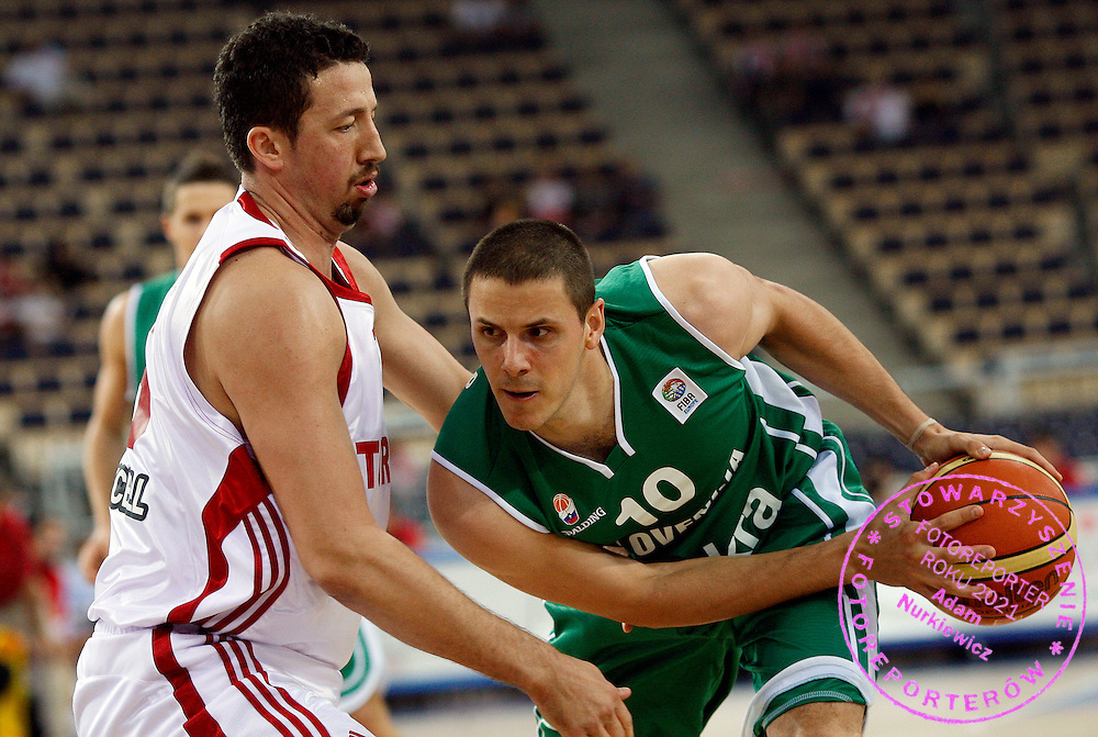 Lodz 16/09/2009.EuroBasket 2009.Qualifying Round - Group F.Slovenia v Turkey.Hidayet Turkoglu of Turkey and Bostjan Nachbar of Slovenia ..Photo by : Piotr Hawalej / WROFOTO
