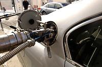 14 MAR 2006, BERLIN/GERMANY:<br /> Betankung eines BMW der 7er Reihe mit Wasserstoff, an  einer Wasserstoff Tankstelle der Tankstllenkette Total, Heerstrasse<br /> IMAGE: 20060314-01-033<br /> KEYWORDS: Alternative Kraftstoffe, Auto, Wagen, KFZ, tanken, Tank, Tankruessel, tankrüssel