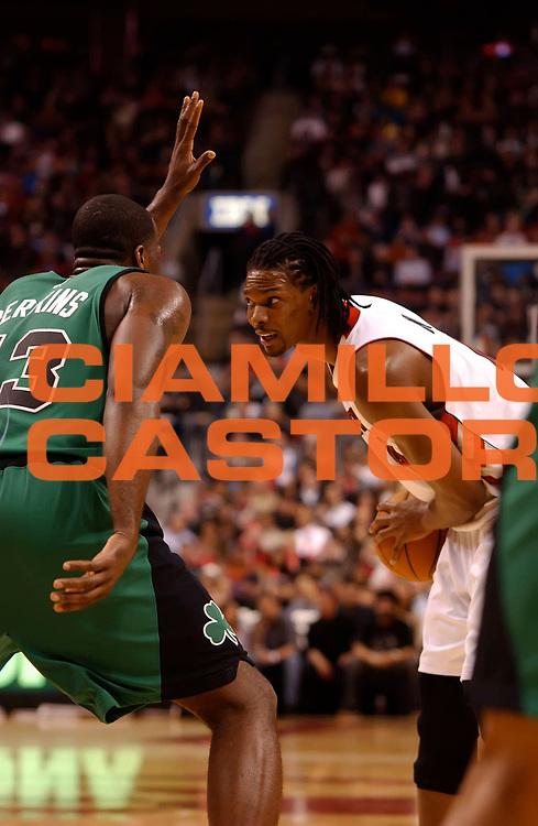 DESCRIZIONE : Toronto NBA 2009-2010 Toronto Raptors Boston Celtics<br /> GIOCATORE : Chris Bosh<br /> SQUADRA : Boston Celtics Toronto Raptors<br /> EVENTO : Campionato NBA 2009-2010 <br /> GARA : Toronto Raptors Boston Celtics<br /> DATA : 10/01/2010<br /> CATEGORIA :<br /> SPORT : Pallacanestro <br /> AUTORE : Agenzia Ciamillo-Castoria/V.Keslassy<br /> Galleria : NBA 2009-2010<br /> Fotonotizia : Toronto NBA 2009-2010 Toronto Raptors Boston Celtics<br /> Predefinita :