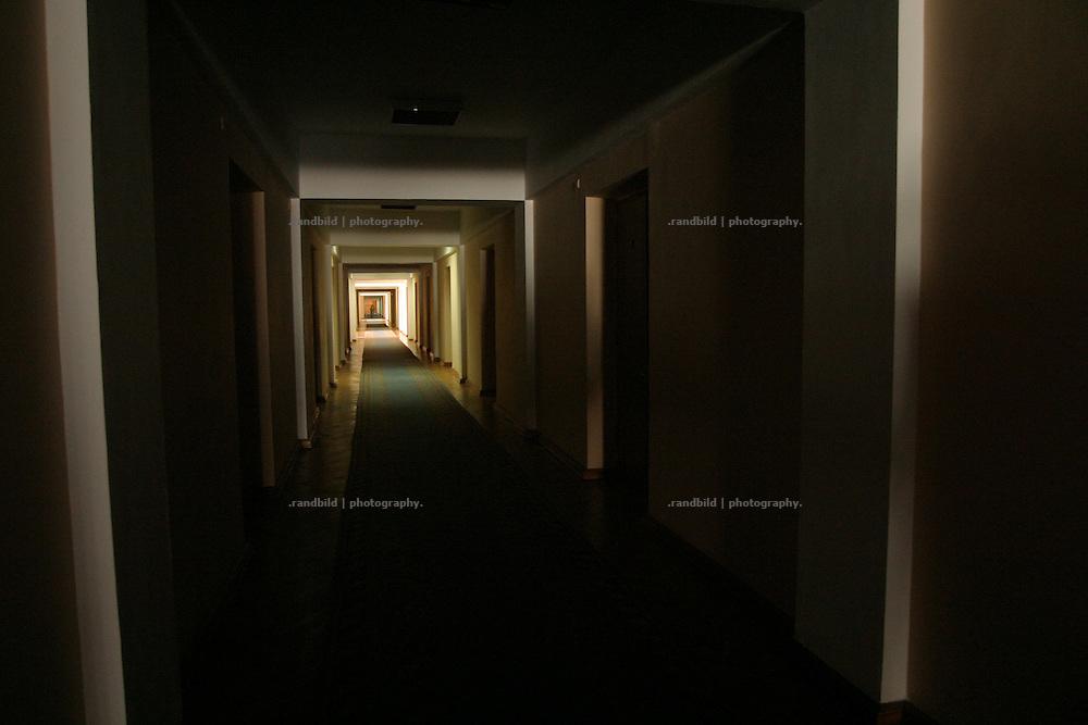 Langer und dunkler Gang im Regierungsgebäude der Republik Moldau in der Hauptstadt Chisinau. / Long and dark corridor in the government building in Chisinau, capital of Moldova.