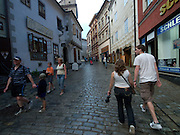 Cesky Krumlov, Krumau/Tschechische Republik, Tschechien, CZE, 25.07.2008: Straßenszene in der Altstadt von Cesky Krumlov (Böhmisch Krumau/ Krumau) . Die Hochschätzung dieses Ortes durch inländische und ausländische Experten führte allmählich zur Aufnahme in die höchste Stufe des Denkmalschutzes. Im Jahre 1963 wurde die Stadt zum Stadtdenkmalschutzgebiet erklärt, im Jahre 1989 wurde das Schloßareal zum nationalen Kulturdenkmal erklärt und im Jahre 1992 wurde der ganze historische Komplex ins Verzeichnis der Denkmäler des Kultur- und Naturwelterbes der UNESCO aufgenommen.<br /> <br /> Cesky Krumlov/Czech Republic, CZE, 25.07.2008: Streetscene in the oldtown of Cesky Krumlov, with its architectural standard, cultural tradition, and expanse, ranks among the most important historic sights in the central European region. Building development from the 14th to 19th centuries is well-preserved in the original groundplan layout, material structure, interior installation and architectural detail. Situated on the banks of the Vltava river, the town was built around a 13th-century castle with Gothic, Renaissance and Baroque elements. It is an outstanding example of a small central European medieval town whose architectural heritage has remained intact thanks to its peaceful evolution over more than five centuries.