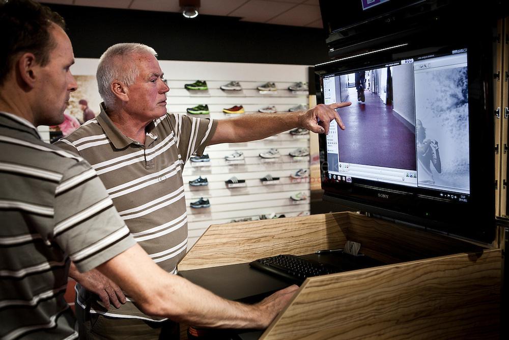 Groningen 20110919.  4 mijlloper Ger Vos uit Appingedam (66 jr) ondergaat een loopanalyse bij Runnersworld. Samen met verkoper Frank Marks kijkt hij videobeeldenvan zijn lopen terug. foto: Pepijn van den Broeke. kilometers: 12