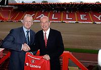 Photo: Daniel Hambury.<br />Charlton Athletic Press Conference.  30/05/2006.<br />Charlton Athletic chairman Richard Murray with new manager Iain Dowie (L) meet the media.