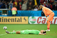 Fotball<br /> Tyskland v Algerie<br /> 30.06.2014<br /> VM 2014<br /> Foto: Witters/Digitalsport<br /> NORWAY ONLY<br /> <br /> Aissa Mandi, Torwart Rais M'Bohli (Algerien)<br /> Fussball, FIFA WM 2014 in Brasilien, Achtelfinale, Deutschland - Algerien 2:1 n.V.