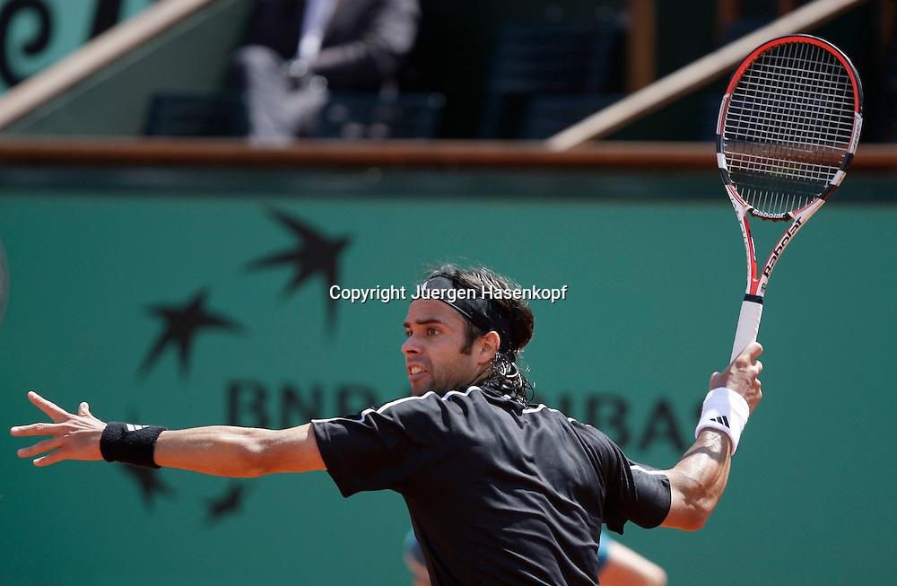 French Open 2009, Roland Garros, Paris, Frankreich,Sport, Tennis, ITF Grand Slam Tournament,  <br /> Fernando Gonzales (CHI)spielt eine Vorhand,forehand, action,Schwung,<br /> Ausholbewegung<br /> <br /> Foto: Juergen Hasenkopf